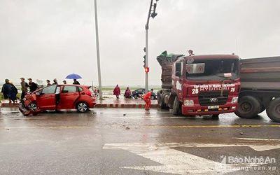 Tin tai nạn giao thông mới nhất ngày 10/2/2020: Xe đầu kéo san phẳng hơn 40m hộ lan trên Quốc lộ 1A - ảnh 1