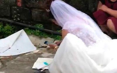 """Mặc kệ quan viên hai họ ăn cỗ, cô dâu vẫn ngồi ngoài đường bấm máy tính """"cộng sổ"""" - ảnh 1"""