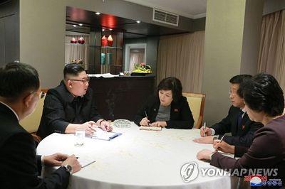 Chủ tịch Triều Tiên Kim Jong-un họp chiến lược ngay khi vừa đến Hà Nội - ảnh 1