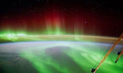 NASA cố tình che giấu ảnh UFO bay gần Trạm Vũ trụ Quốc tế?  - ảnh 1