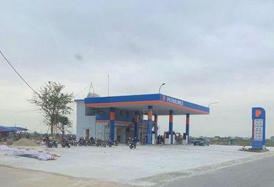 Hải Hậu - Nam Định: Cửa hàng xăng dầu không phép ngang nhiên tồn tại, chính quyền biết nhưng chưa xử lý? - ảnh 1