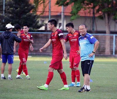 HLV Park Hang Seo cùng học trò bất ngờ gặp sự cố trong ngày đầu tập luyện ở Indonesia - ảnh 1