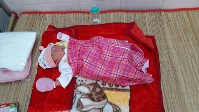 Xót xa bé gái sơ sinh có tay trái dị tật bị bỏ lại dưới tượng phật  - ảnh 1
