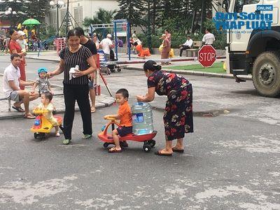 Công ty nước sạch sông Đà cấp nước trở lại: Người dân vẫn mang xoong nồi, xe nôi xếp hàng chờ nước sạch - ảnh 1