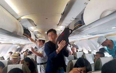 Hai đối tượng người Trung Quốc bị bắt quả tang đang trộm cắp trên máy bay - ảnh 1