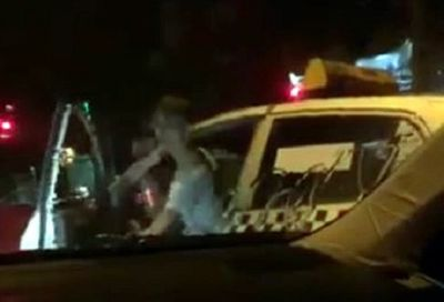 Làm rõ vụ lái xe taxi Thanh Nga hung hăng đòi đốt xe Camry đang dừng đèn đỏ - ảnh 1