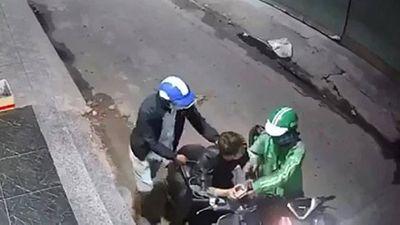 TP.HCM: Truy tìm tài xế mặc áo Grab dùng dao cướp xe máy táo tợn trong đêm - ảnh 1