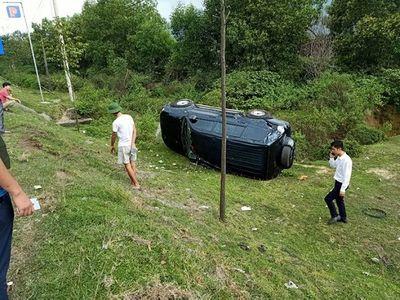 Xe con va chạm kinh hoàng với xe bồn, 2 nhân viên ngân hàng may mắn thoát chết - ảnh 1