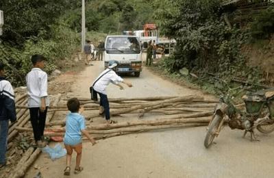 Người dân vác củi, chặn đường CSGT để đòi lại xe vi phạm - ảnh 1