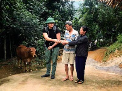 Chàng trai đi nửa vòng trái đất để tặng bò cho cậu bé mồ côi - ảnh 1