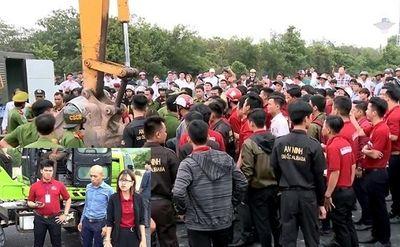 Truy tố 4 nhân viên Alibaba gây rối, chống lệnh cưỡng chế sai phạm đất đai ở Tóc Tiên: Con đường từ nhân viên ăn lương đến bị can trong vụ án - ảnh 1