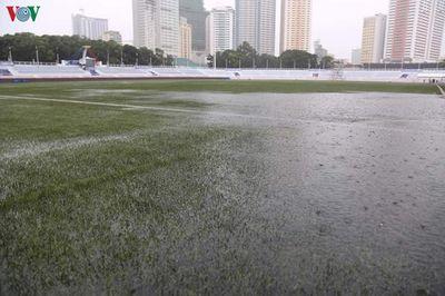 Mặc trời mưa bão, trận đấu U22 Việt Nam - U22 Singapore vẫn diễn ra - ảnh 1