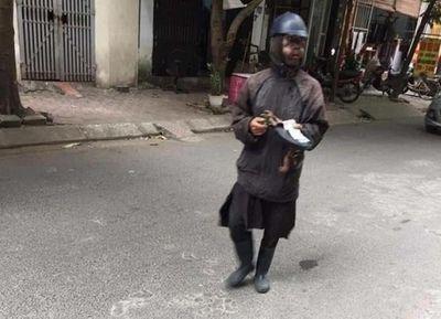 Công an huyện Thủy Nguyên xác minh thông tin người ăn xin mặc đồ đen xuất hiện - ảnh 1