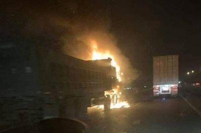 Ô tô bốc cháy dữ dội trên cao tốc sau va chạm, 1 người tử vong - ảnh 1