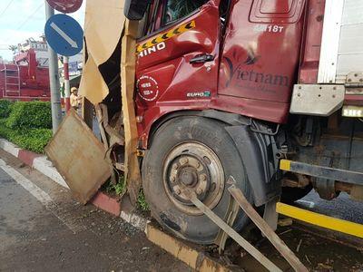 Xế hộp bất ngờ đâm vào xe tải, tài xế tử vong kẹt trong cabin  - ảnh 1