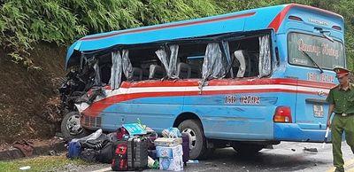 Xe khách va chạm xe tải ở Hòa Bình, tài xế mắc kẹt trong cabin - ảnh 1