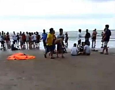 Bình Thuận: 9 người bị sóng cuốn trôi trong lúc tắm biển, 4 người tử vong - ảnh 1