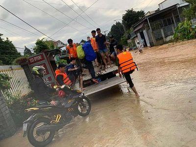 Giải cứu thành công 6 người mắc kẹt trong lũ dữ tại Đồng Nai - ảnh 1