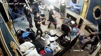 TP.HCM: Hỗn chiến kinh hoàng, hàng chục thanh niên xông vào nhà hàng đập phá - ảnh 1