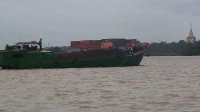 Công an nổ súng bắt gọn 4 thuyền khai thác cát trái phép - ảnh 1