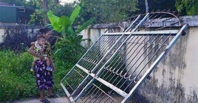 Xót xa bé 3 tuổi tử vong vì bị cửa sắt 200kg đè - ảnh 1