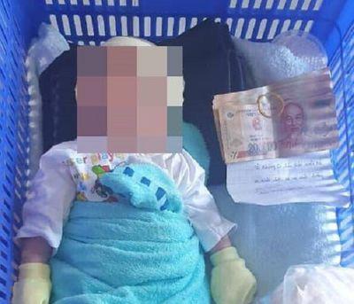 Xót xa bé trai 2 tuần tuổi bị bỏ rơi kèm lời nhắn gửi và 3 triệu đồng - ảnh 1