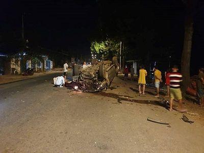 Ô tô lật ngửa khi tông vào gốc cây, 7 người thương vong - ảnh 1