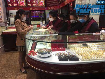 Giữa dịch virus corona, nơi xếp hàng từ 5h sáng chờ mua vàng, nơi vắng bóng khách ngày vía Thần Tài - ảnh 1