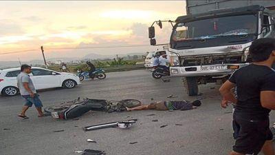 Xe máy va chạm kinh hoàng với ô tô tải, 1 người tử vong tại chỗ - ảnh 1