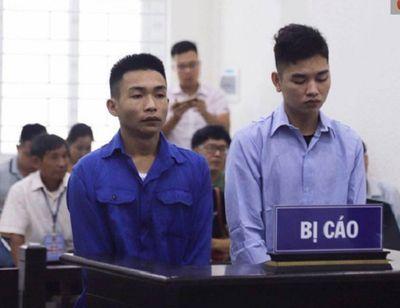 Xét xử vụ nam sinh chạy Grabbike bị sát hại ở Hà Nội: Nghẹn ngào cảnh mẹ ôm di ảnh con đến tòa - ảnh 1