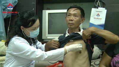 Bệnh viện đa khoa An Việt thăm, tặng quà và hứa chăm sóc sức khỏe cho gia đình khó khăn ở Hà Nội  - ảnh 1