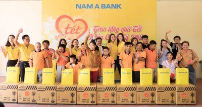 """Hành trình """"Tết yêu thương"""" 2020 của NAM A BANK trao hàng trăm suất quà tết cho những hoàn cảnh khó khăn  - ảnh 1"""