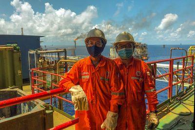 Người lao động dầu khí đồng cam cộng khổ vượt gian khó  - ảnh 1