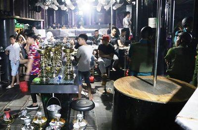 Kiểm tra quán bar hoạt động quá giờ, phát hiện hơn 100 người dương tính ma túy - ảnh 1