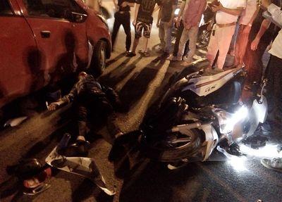 """Hà Nội: Xe máy """"đấu đầu"""" ô tô con giữa ngã ba, 1 người bị thương nặng - ảnh 1"""