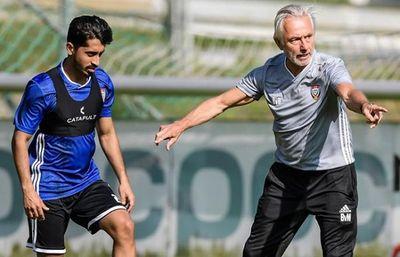 """Hành động khó hiểu của HLV trưởng đội tuyển UAE trước trận """"đại chiến"""" với tuyển Việt Nam - ảnh 1"""
