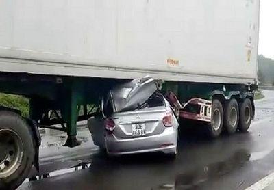 """Đắk Nông: Ô tô con """"chui"""" gầm container, hai người tử vong - ảnh 1"""