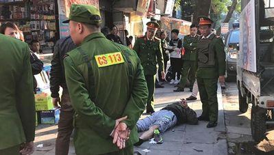 Hà Nội: Người đàn ông trọng thương, nghi bị súng tự chế bắn giữa phố - ảnh 1