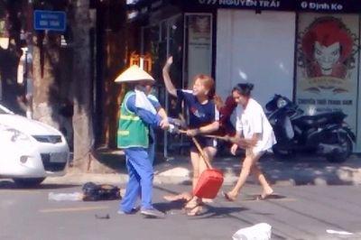 Quảng Trị: Nữ lao công bị đánh dã man vì nhắc nhở chủ shop quần áo vứt rác ra đường - ảnh 1
