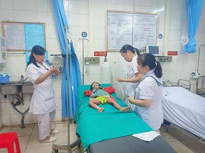 Lào Cai: Bé gái 3 tuổi nhập viện cấp cứu vì sốc phản vệ do bị kiến đốt - ảnh 1