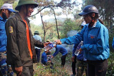 Hình ảnh cảm động trong vụ cháy rừng ở Hà Tĩnh: Những gương mặt đổi màu vì khói bụi - ảnh 1