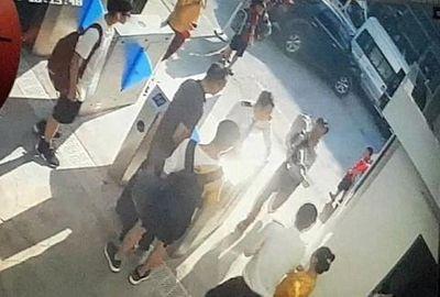 Vụ học sinh lớp 1 trường Gateway tử vong: Công an đang giữ chiếc áo đỏ của nạn nhân - ảnh 1
