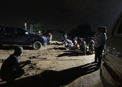 Bình Dương: Bàng hoàng phát hiện thi thể người đàn ông đang phân hủy trên sà lan chở cát - ảnh 1