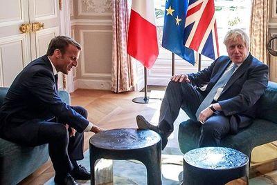 Thủ tướng Anh gây xôn xao vì gác chân lên bàn cà phê điện Elysee - ảnh 1