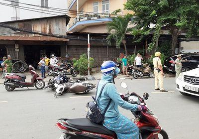 """TP HCM: """"Xe điên"""" hất văng một loạt xe máy, khiến 2 người bị thương - ảnh 1"""