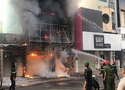 TP HCM: Đập cửa giải cứu thai phụ trong đám cháy, một chiến sĩ cảnh sát bị thương - ảnh 1