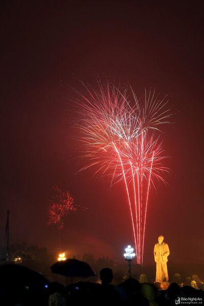 Cả nước tưng bừng đón năm mới 2020 với những màn bắn pháo hoa mãn nhãn - ảnh 1