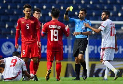 """Hành động """"không đẹp"""" của tiền vệ U23 Việt Nam với trọng tài Taqi trong trận ra quân gặp U23 UAE - ảnh 1"""