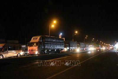 Kẹt xe kéo dài hơn 10km từ TP. Bến Tre đến cầu Rạch Miễu chiều 25 Tết - ảnh 1