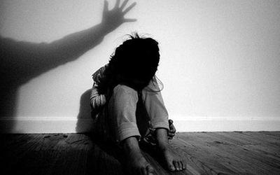Khởi tố người cha nhiều lần hiếp dâm con gái ruột rồi bắt uống thuốc tránh thai - ảnh 1